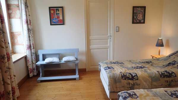 chambre avec 2 lits d'une personne.