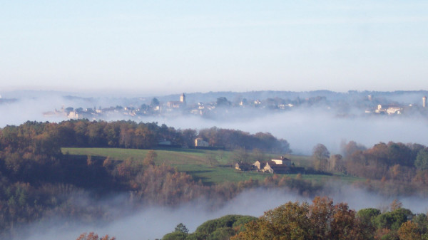 gite avec piscine et terrasse avec barbecue et vue sur la vallée Dordogne