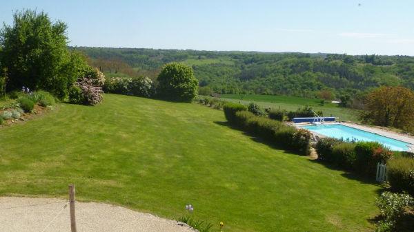 GB gite avec piscine et terrasse avec barbecue
