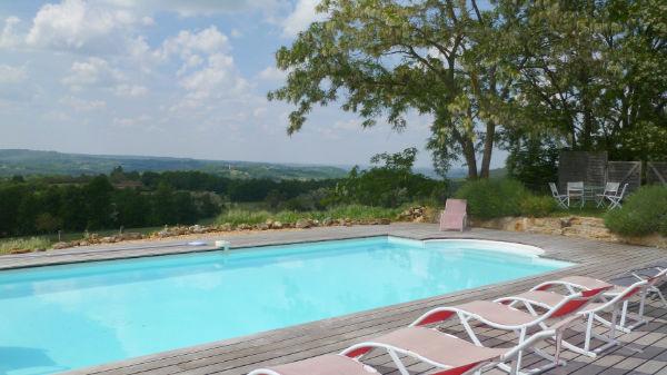 gite avec piscine et terrasse avec barbecue en Périgord Noir