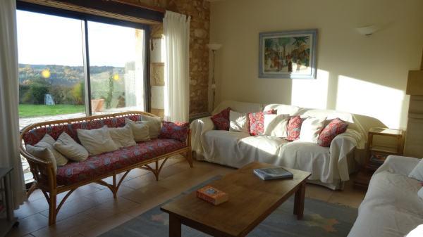 Grand séjour du gite pour 12 personnes avec vue sur terrasse et piscine