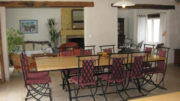 Grand séjour et salle à manger du gite pour 12 personnesavec piscine