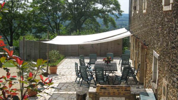 gite avec piscine et terrasse avec barbecue proche sarlat