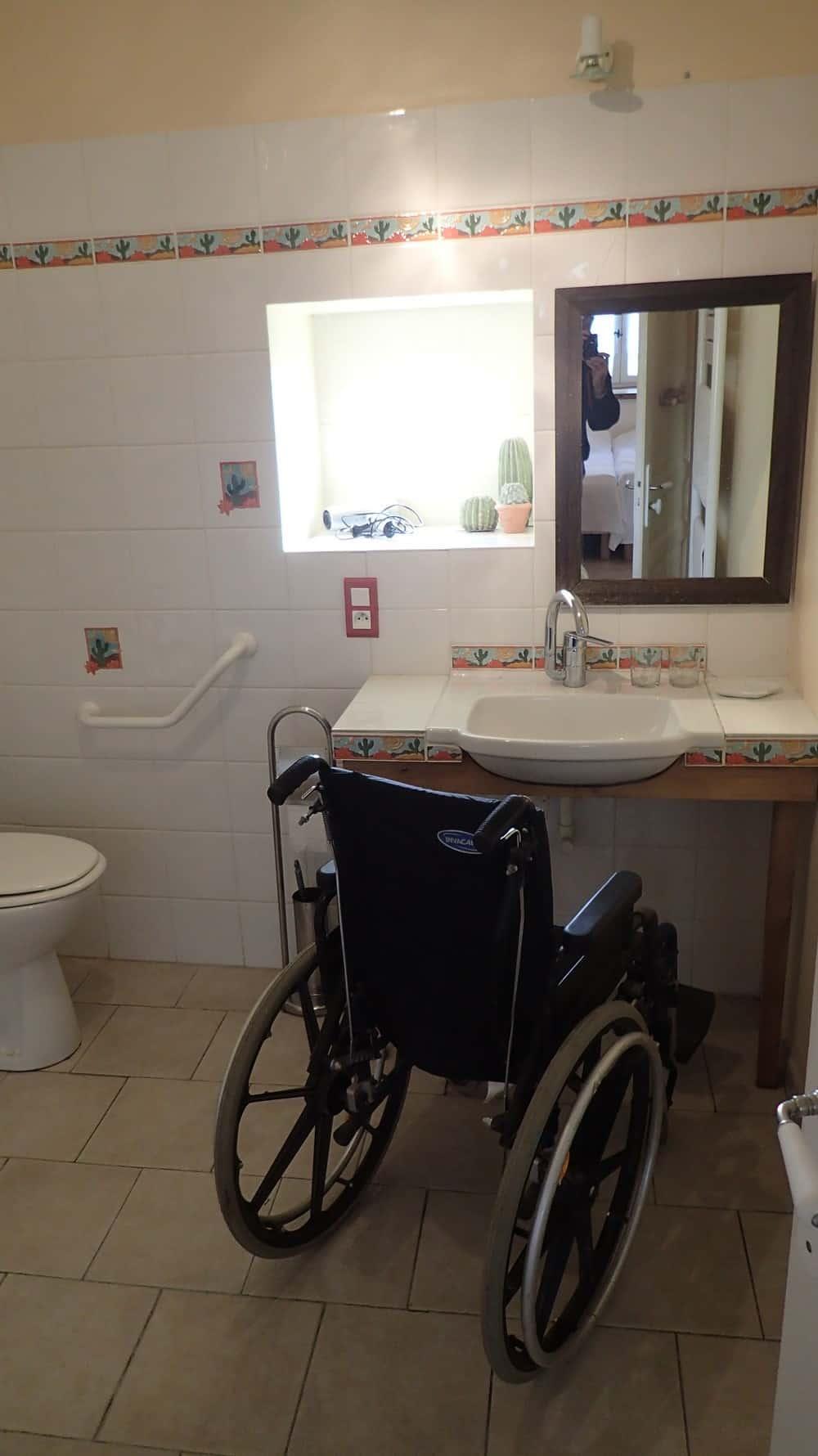 salle de bains du gite avec chambre à accès handicapé en Dordogne